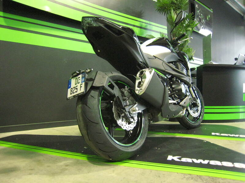 Support de plaque ACCESS DESIGN ''ras de roue'' noir Kawasaki Z800