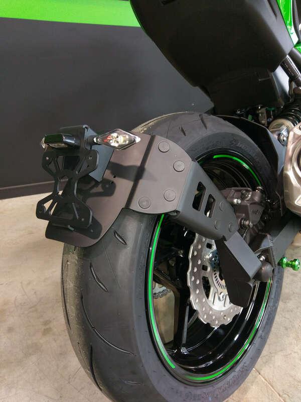 Support de plaque ACCESS DESIGN ''ras de roue'' noir Kawasaki Z900
