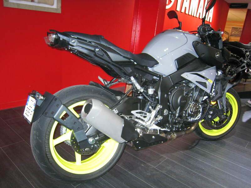 Support de plaque ACCESS DESIGN ''ras de roue'' noir Yamaha MT-10