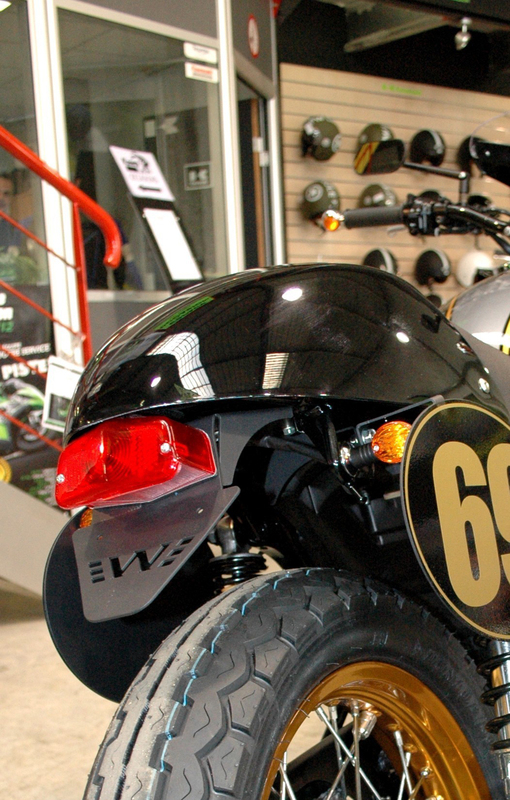 Support de plaque ACCESS DESIGN passage de roue noir Kawasaki W800