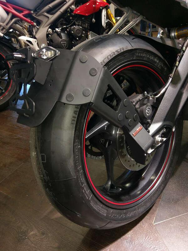 Support de plaque ACCESS DESIGN ''ras de roue'' noir Triumph Street Triple 800