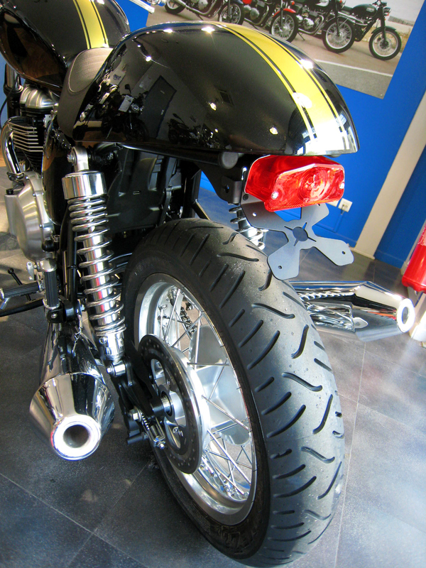 Support de plaque ACCESS DESIGN passage de roue noir Triumph Bonneville 900