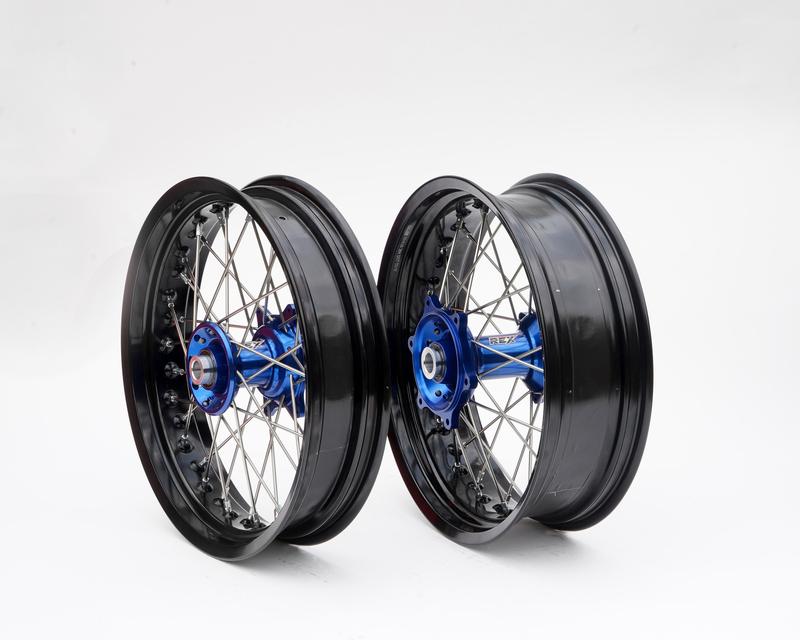 Kit roues complètes avant + arrière ART SM 17x3,50/17x4,50 jante noir/moyeu bleu/rayons argent/têtes de rayons argent
